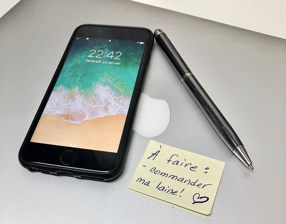 Ordinateur, téléphone, note et stylo